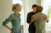 Christian (Francis Fulton-Smith, 2. von rechts) und Tanja (Christina Athenstädt, links) nehmen Abschied von Piwi (Meo Wulf).
