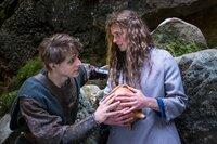 Jolanthe (Svenja Jung) und Veit von Hammerlitz (Merlin Rose) stehen auf einer Waldlichtung dicht bei einander, umfassen den magischen Topf und blicken sich tief in die Augen.