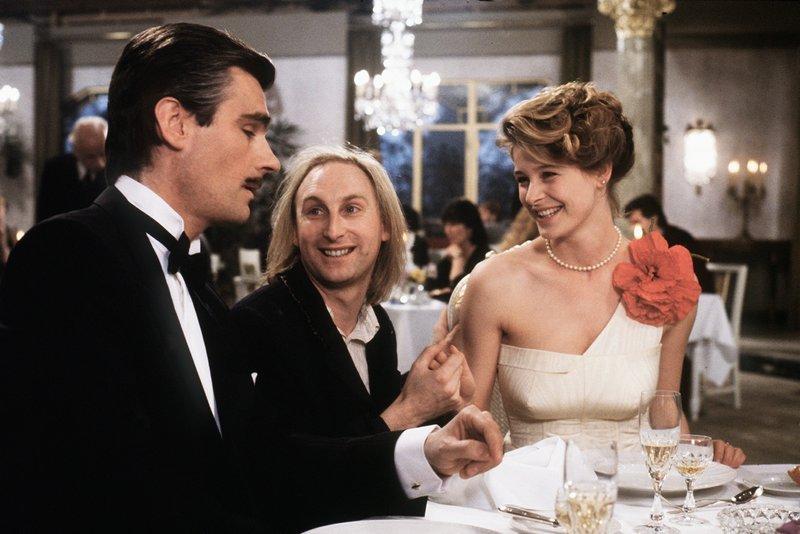 Natürlich verliebt sich Otto (Otto Waalkes, M.) sofort in die hübsche  Silvia (Jessika Cardinahl, r.). Doch zu allem Unglück ist sie bereits mit  dem ... 681f7eec16