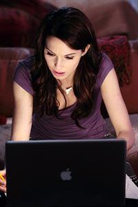 Die Wirkung der Schlaftabletten lässt Whitney (Whitney Cummings) schlafwandeln. Dabei macht sie die verrücktesten Sachen, versendet liebevolle E-Mails an sich selbst und gibt einen Haufen Geld beim Onlineshopping aus...
