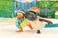 Jule (li.) und Timmy lieben das Spielen im Schnee.
